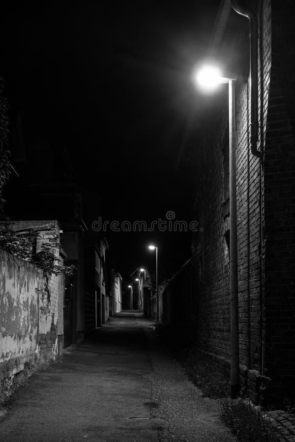 黑暗的街道在晚上 库存照片