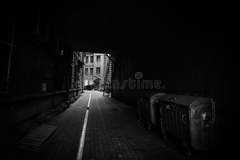 黑暗的街道在现代城市 免版税库存照片