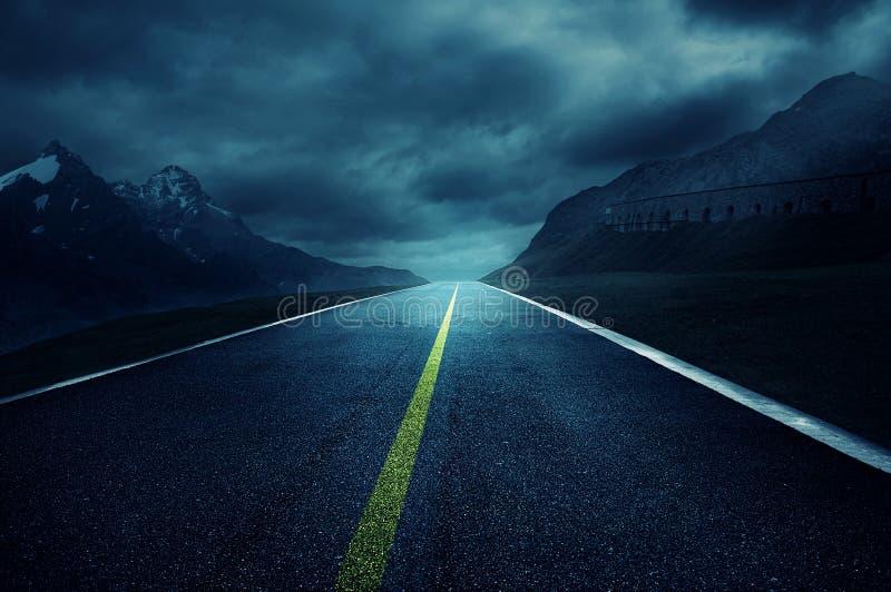 黑暗的路 免版税库存照片