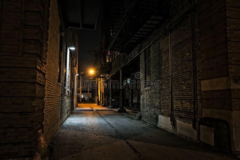 黑暗的都市城市胡同在晚上 免版税库存照片