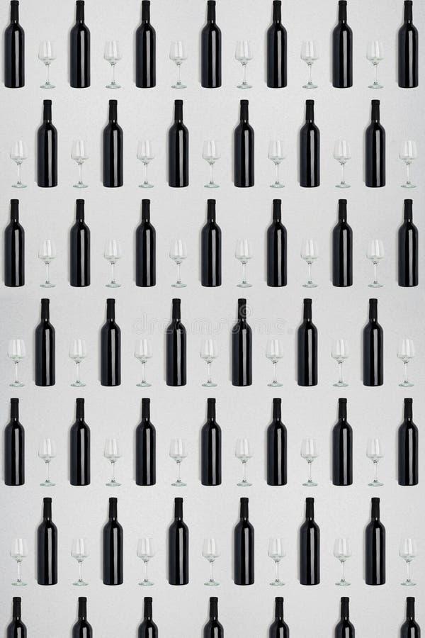 黑暗的酒瓶和玻璃 创造性的黑暗和织地不很细抽象背景 免版税库存照片