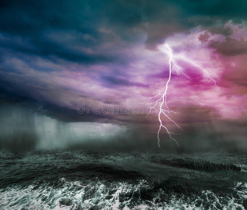 黑暗的风雨如磐的海洋 库存照片