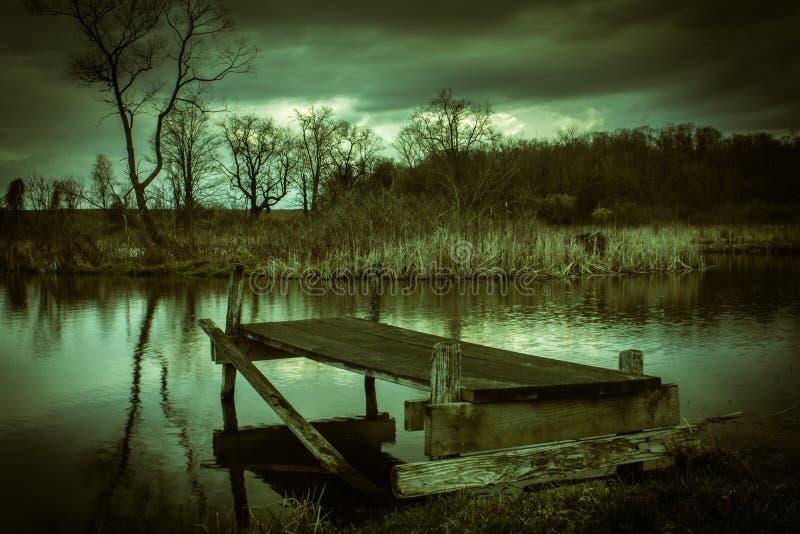 黑暗的水 免版税库存照片