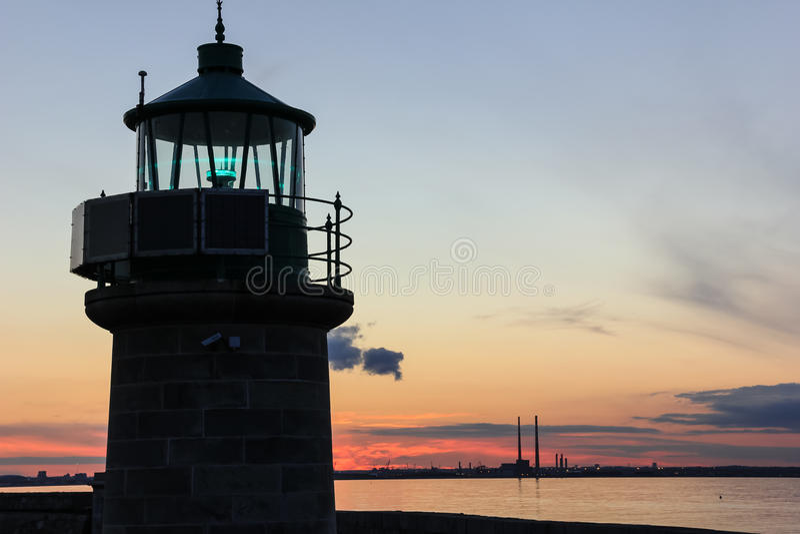 暗褐色Laoghaire灯塔 免版税图库摄影