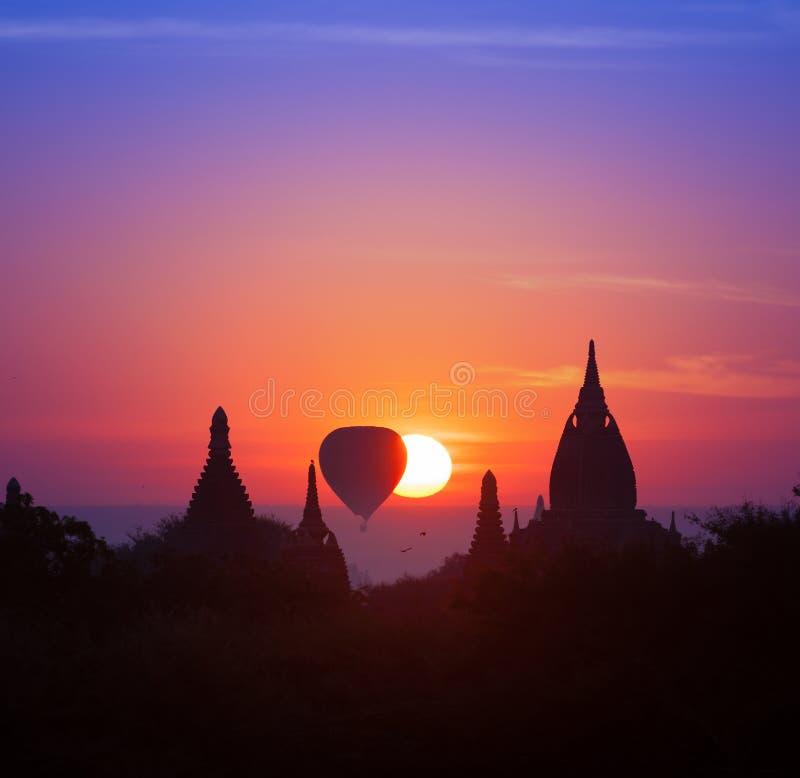 暮色不可思议的日落在Bagan热的缅甸(缅甸) 免版税库存照片