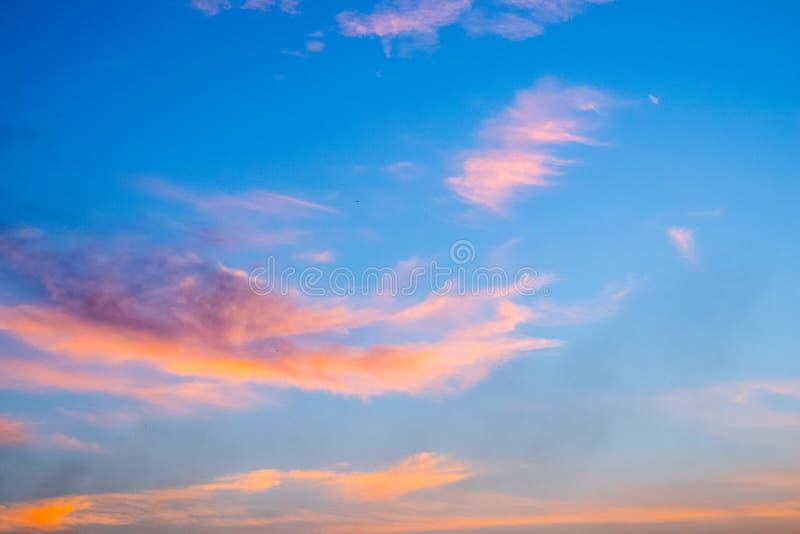 暮色云彩在蓝天背景中 库存照片