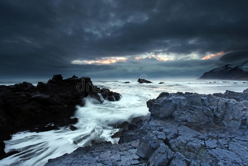 风雨如磐的海在东南冰岛 库存图片