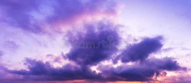暮色天空和云彩的全景图片 库存图片