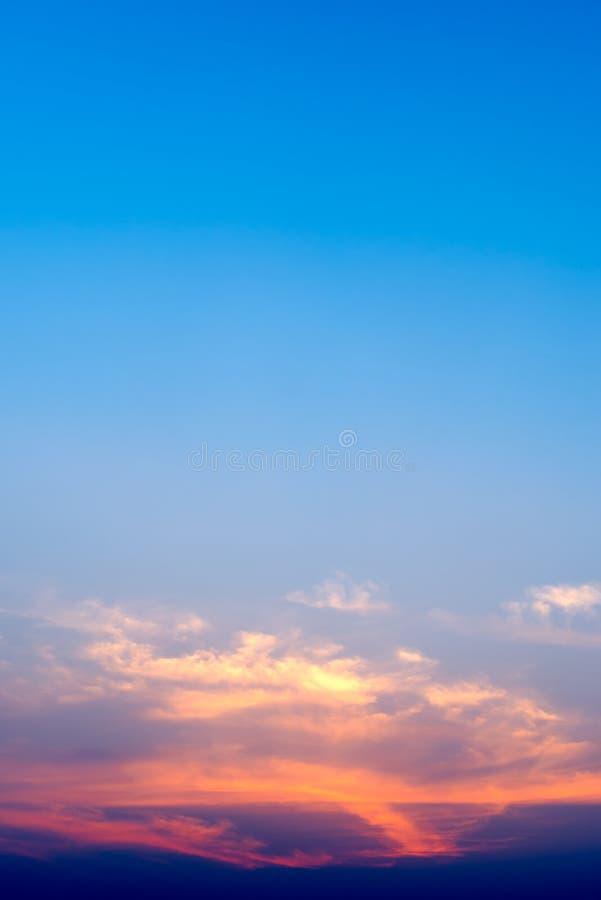 暮色天空和剧烈的云彩在日落时间与拷贝空间 向量例证