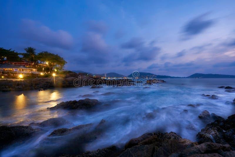 暮色天空场面在Kalim海滩的 图库摄影