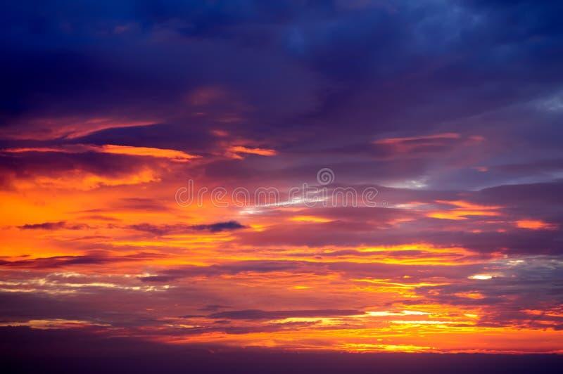 暮色天空的光和颜色 免版税库存图片