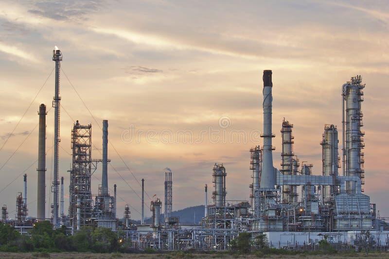 暮色天空的炼油厂 免版税图库摄影