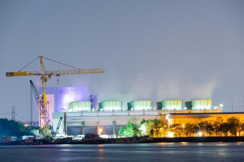 暮色时间的能源厂 图库摄影