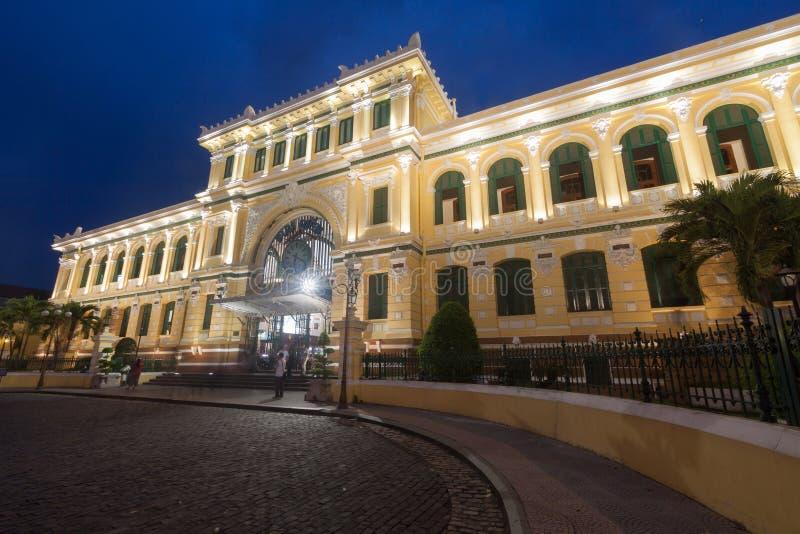 暮色时间的西贡中央邮局在胡志明, Viet 免版税库存照片