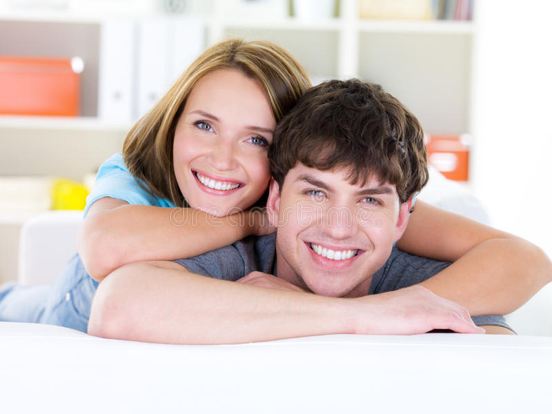暴牙夫妇愉快的微笑 免版税库存照片