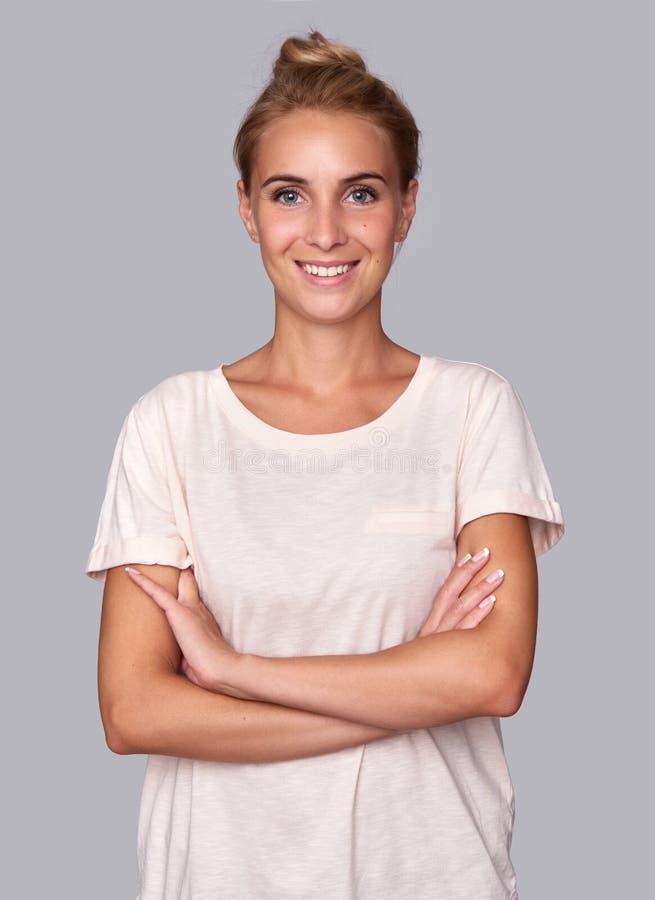 暴牙的微笑的俏丽的妇女 免版税图库摄影