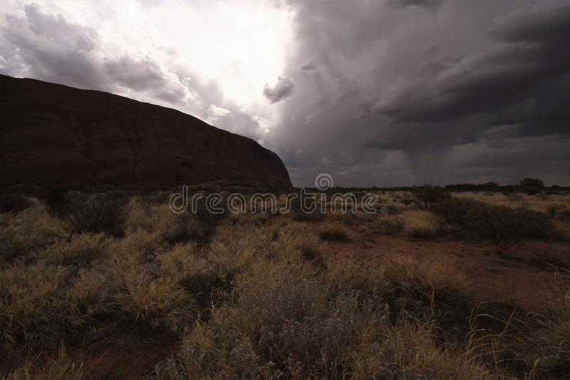 暴雨接近Uluru下午 免版税库存照片
