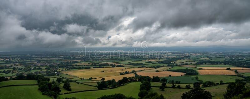 暴风云会集在塞弗恩谷观察从Coaley峰顶,格洛斯特郡,英国 免版税库存图片