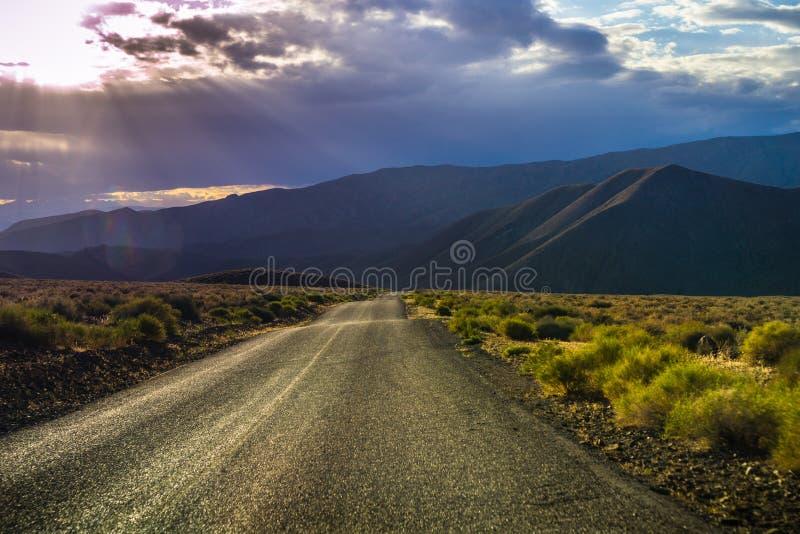 暴风云和被过滤的光在Panamint谷,死亡谷国家公园 库存图片