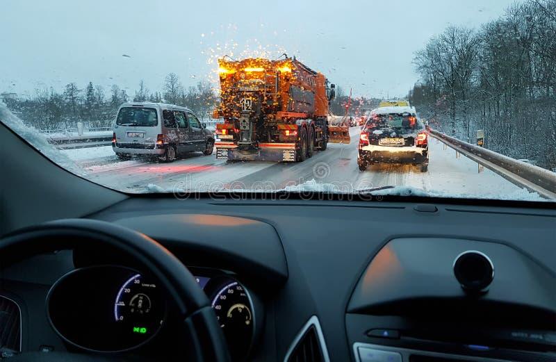 暴风雪,恶劣驾车在油滑的路 免版税库存照片
