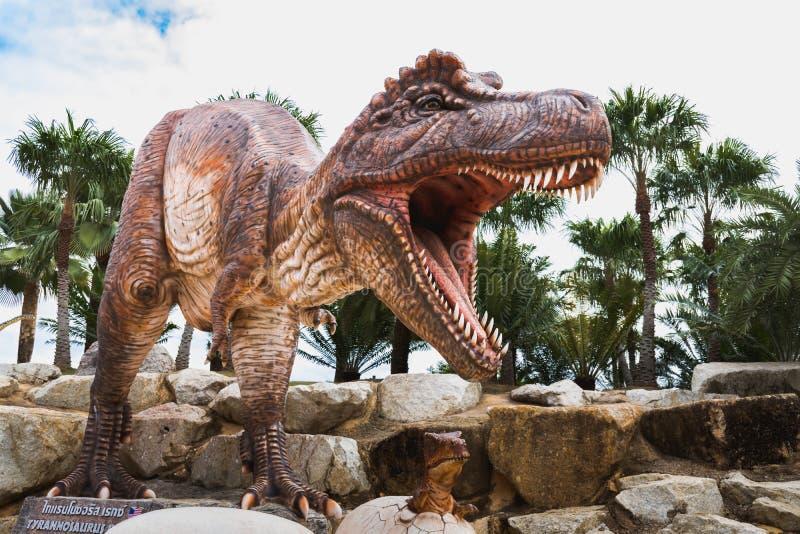 暴龙雕象在Nong Nooch热带植物园里 免版税库存照片