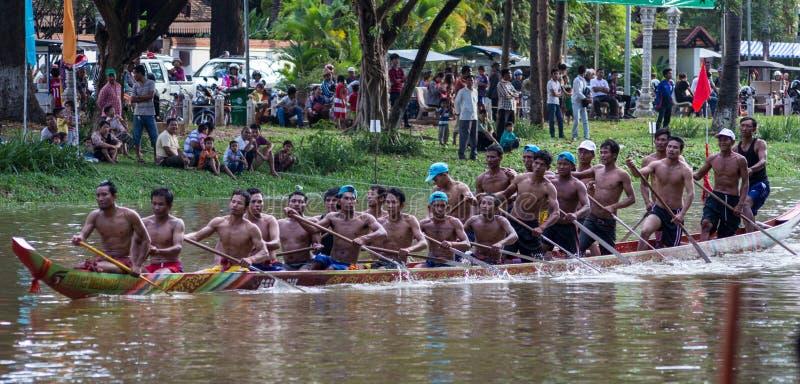 暹粒,柬埔寨- 2016年11月:在实践期间,有保持平衡的充分的队的狭窄的柬埔寨赛艇和为行动准备 图库摄影