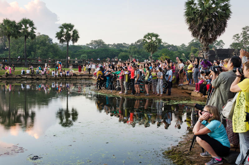 暹粒,柬埔寨- 2015年12月3日:等待黎明的游人在吴哥窟寺庙 免版税库存图片