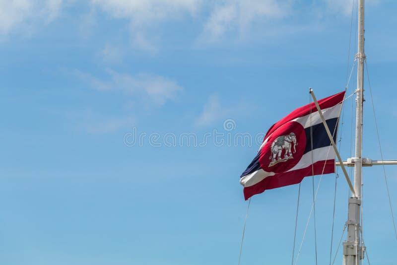 暹罗大而无用的东西旗子和蓝天 免版税库存图片