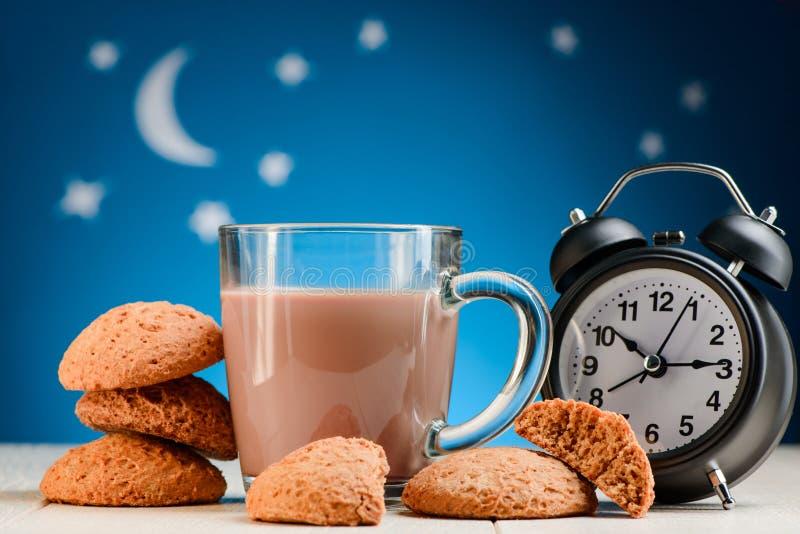 曲奇饼、可可粉和闹钟 免版税库存图片