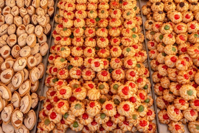 曲奇饼分类点心在市场,面包店storefro上 免版税库存图片
