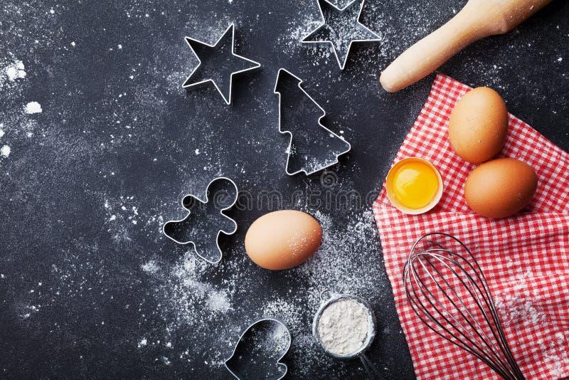 曲奇饼切削刀,面粉,滚针,鸡蛋和在厨房用桌顶视图扫 圣诞节烘烤背景 免版税库存照片