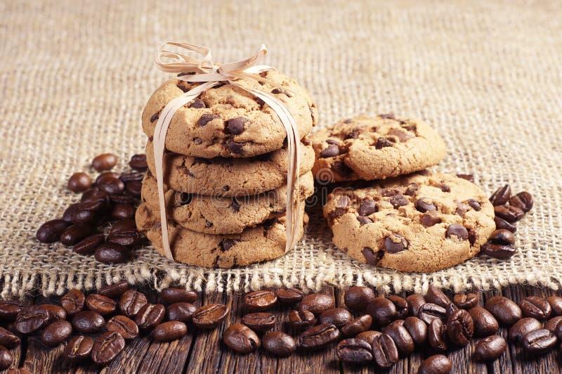 曲奇饼和咖啡豆 图库摄影