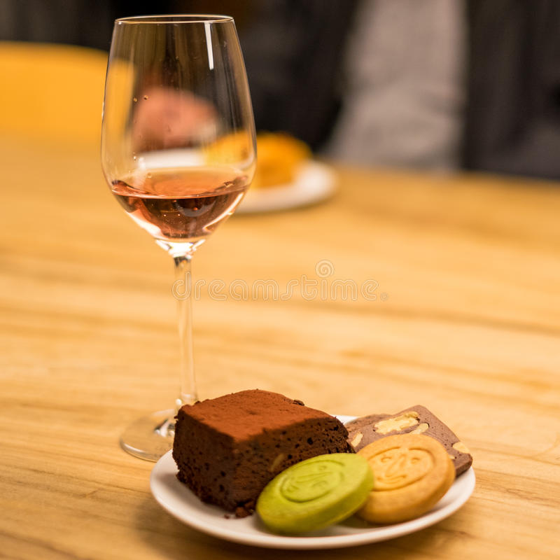 曲奇饼和果仁巧克力用桃红葡萄酒 免版税库存图片