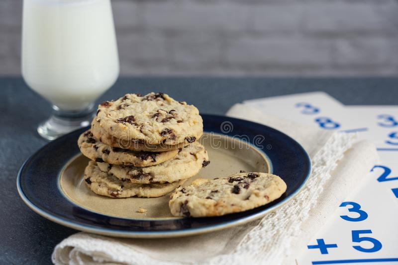 曲奇饼和牛奶数学作业断裂  免版税库存图片