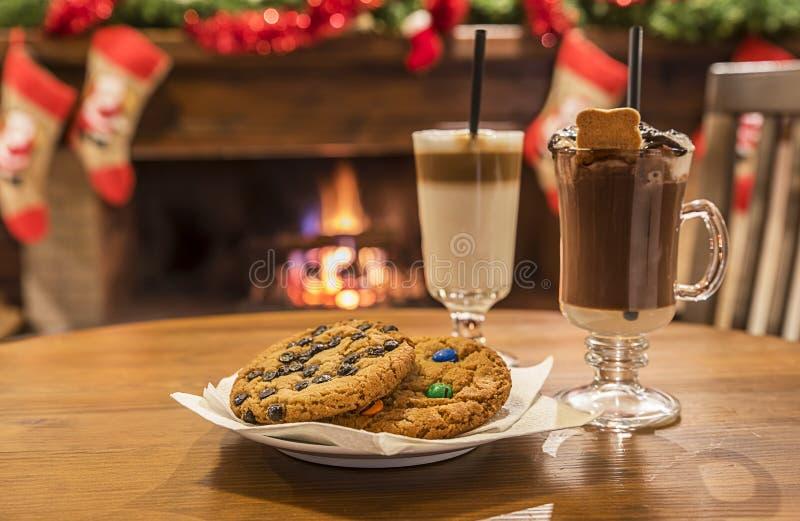 曲奇饼和牛奶鸡尾酒在桌上 免版税库存图片