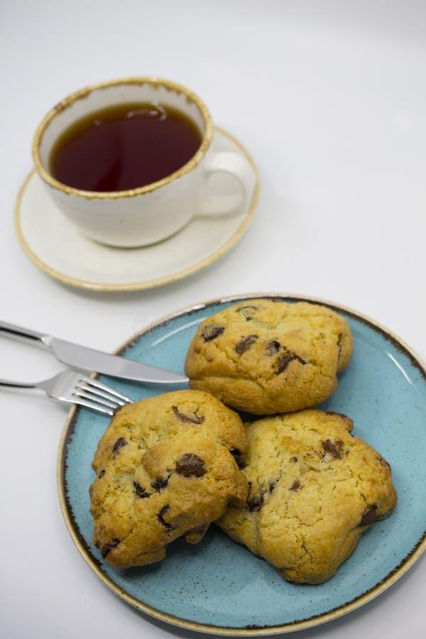 曲奇饼和茶在桌上 免版税图库摄影
