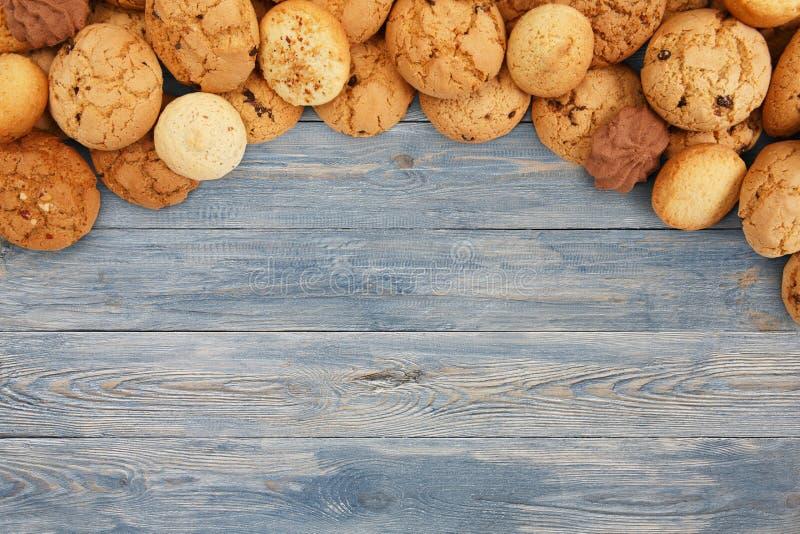曲奇饼和饼干在蓝色木头与拷贝空间 免版税库存照片