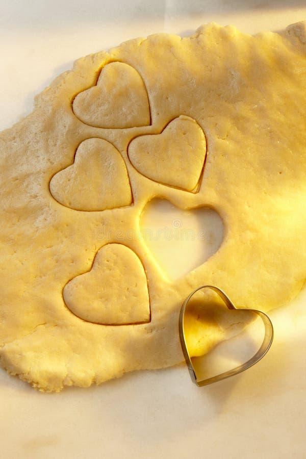 曲奇饼心形切割工的面团 免版税库存图片