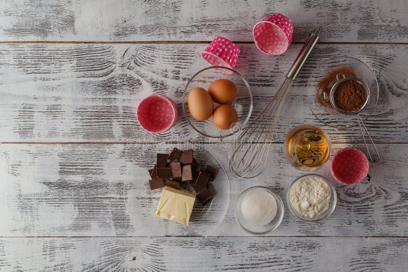 曲奇饼成份& x28; 未加工的鸡蛋、红糖、苹果、黄油和flo 免版税库存照片