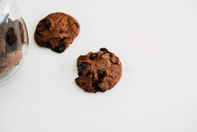 曲奇饼用在白色背景的巧克力 图库摄影