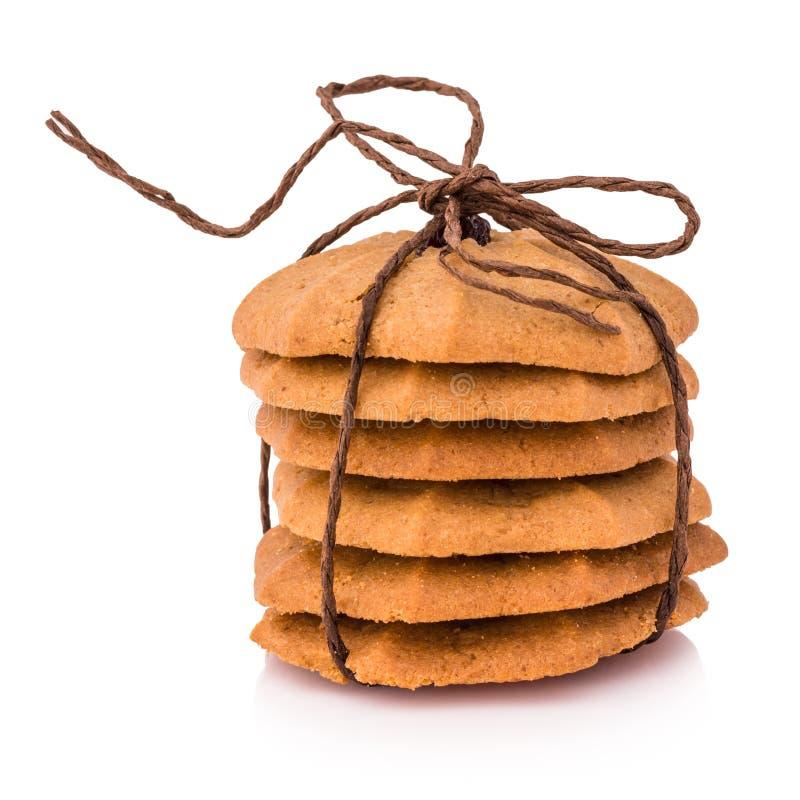 曲奇饼-巧克力曲奇饼堆栓与棕色绳索isol 免版税库存照片