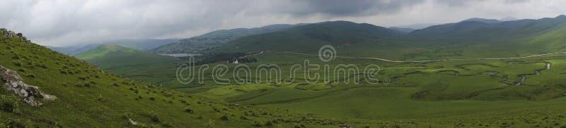 曲折河全景与山和云彩的在奥尔杜土耳其的佩尔申贝高原 图库摄影