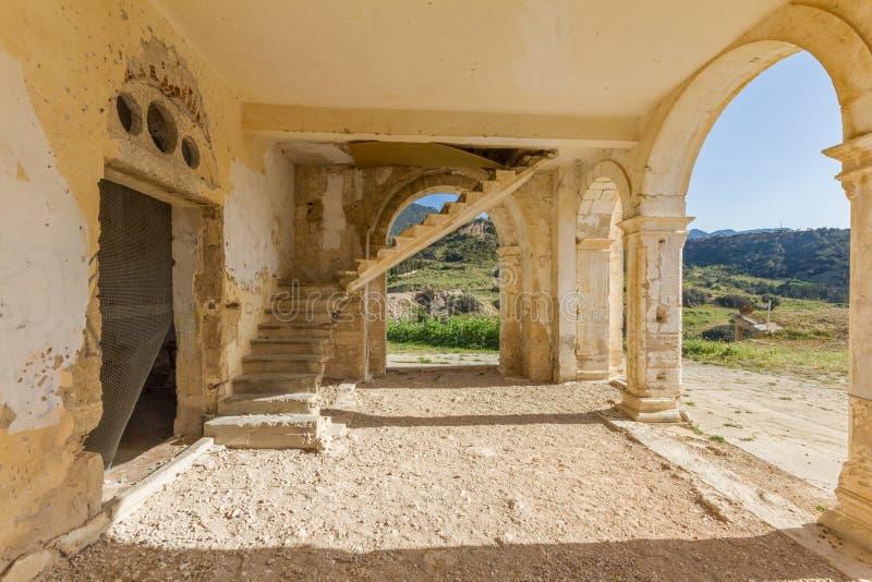 曲拱、遗弃贴水乔治斯教会, D入口和台阶  免版税库存图片
