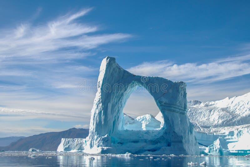 曲拱冰山在格陵兰 免版税库存图片