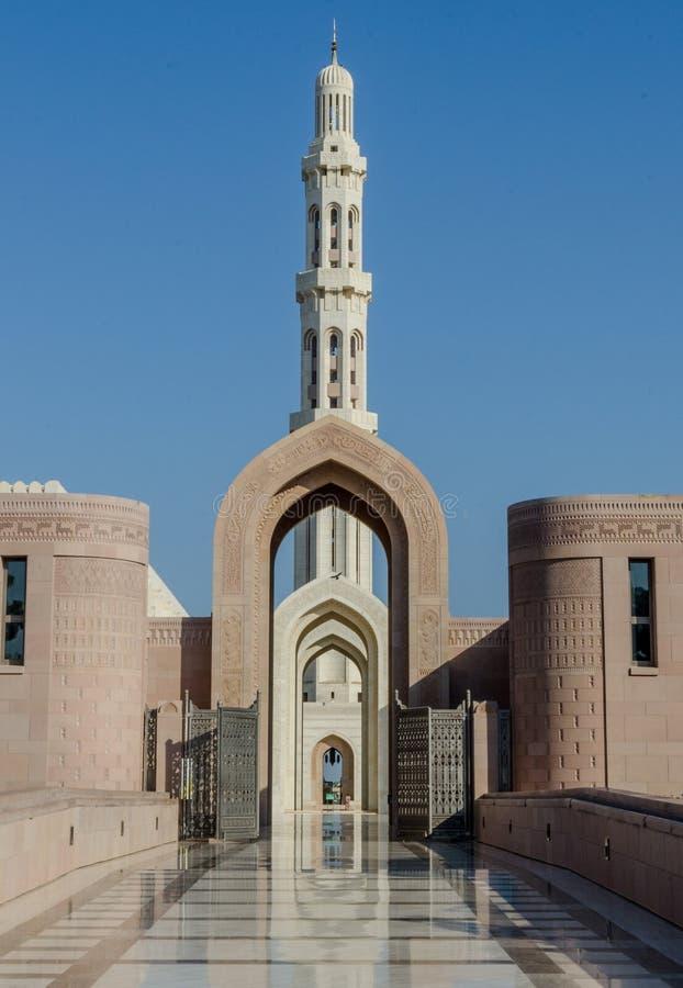 曲拱和尖塔阿曼的盛大清真寺的 库存照片