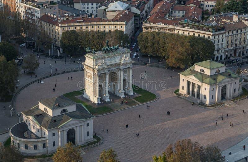 曲拱和平从Branca塔,米兰,伦巴第,意大利的Arco德拉步幅鸟瞰图  免版税库存照片