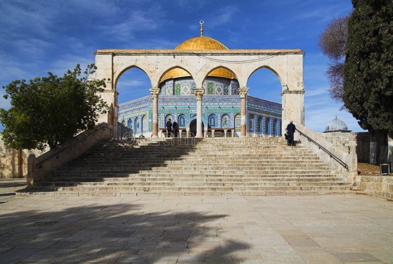 曲拱圆顶前面以色列清真寺岩石 库存图片