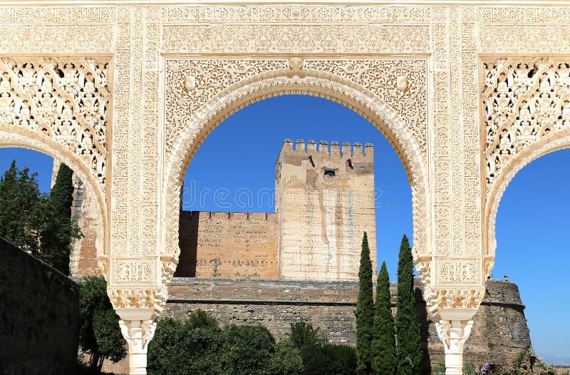 曲拱在伊斯兰教的(摩尔人)样式和阿尔罕布拉宫,格拉纳达,西班牙 图库摄影