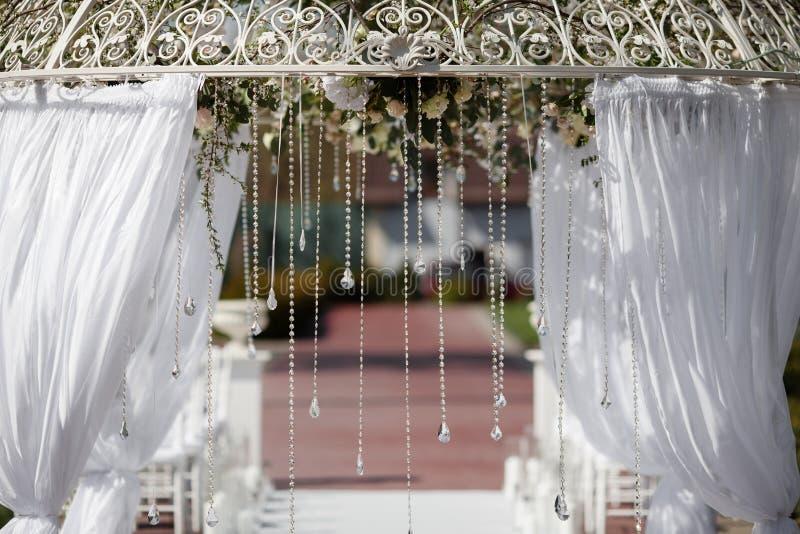 曲拱在婚礼的庭院里 库存照片