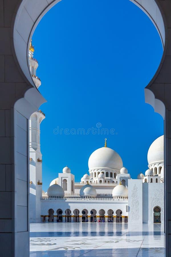 曲拱在著名扎耶德回教族长盛大清真寺在阿布扎比,阿拉伯联合酋长国 库存照片